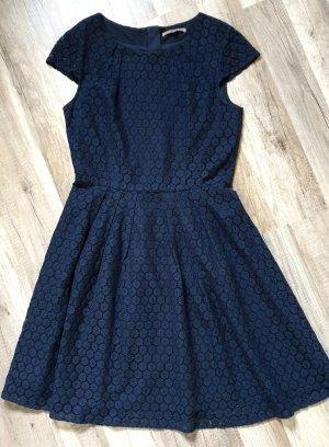 Blaues Kleid mit Muster aus Spitze