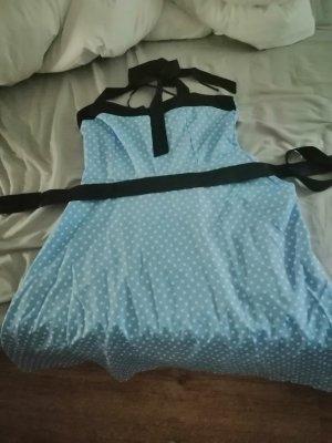 blaues Kleid mit Punkten
