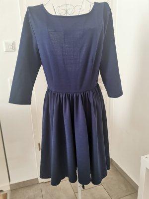 blaues Kleid mit Rücken Ausschnitt