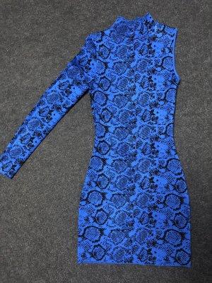 Blaues Kleid mit Schlangenlinien