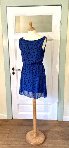 Blaues Kleid mit schwarzen Punkten