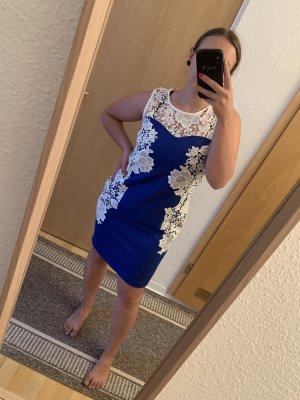 Blaues Kleid mit Spitze