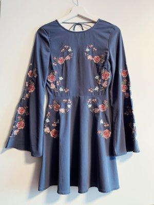 Blaues Kleid mit Trompetenärmeln Blau mit Blumen