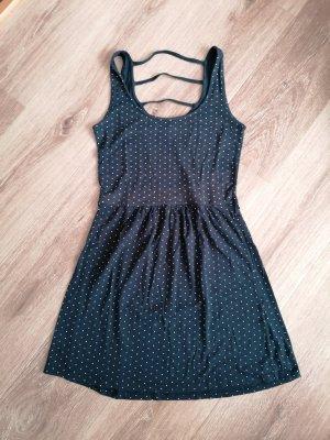 Blaues Kleid mit weißen Punkten und Riemen am Rücken