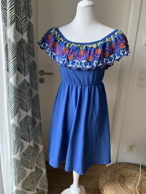 Blaues Kleid von Asos mit Carmen-Ausschnitt