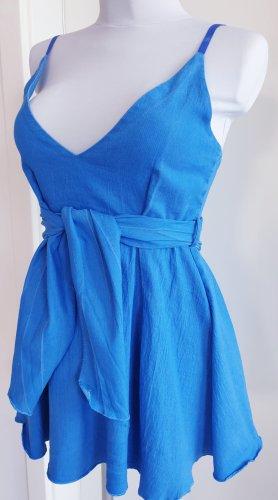 Blaues mädchenhaftes Kleid