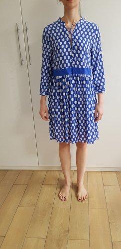 Blaues Seiden-Sommerkleid mit weißen Punkten