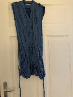 Blaues Seidenkleid