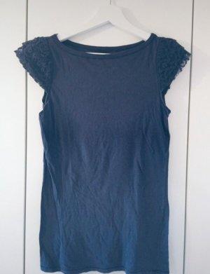 Blaues Shirt mit Häkelspitze