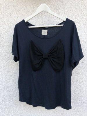 Blaues Shirt mit schwarzer Schleife
