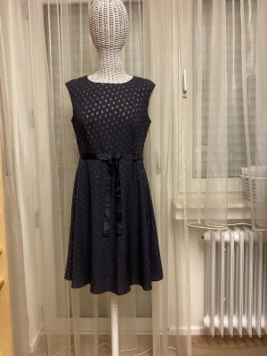 Blaues Sommerkleid mit goldenen Punkten