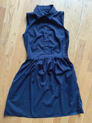 Blaues Sommerkleid mit weißen Punkten
