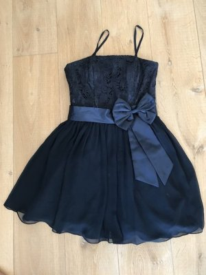 blaues Spitzenabendkleid mit kurzer Strickjacke