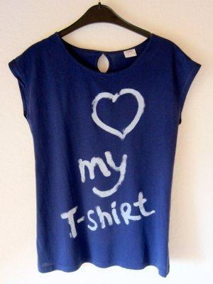 Blaues T-Shirt mit Statement-Print und Rückenausschnitt