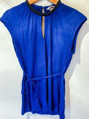 blaues Top mit Taillengürtel und Perlen am Halsausschnitt - elegant und luftig zugleich!