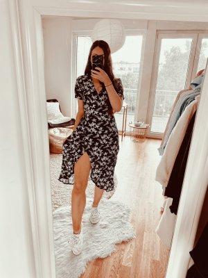 Kopertowa sukienka ciemnoniebieski-biały