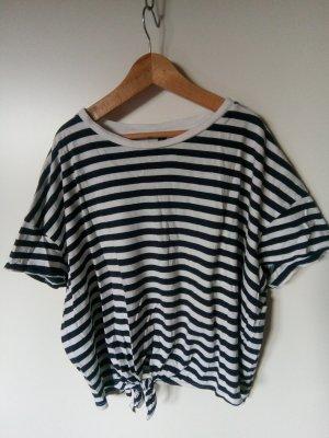 blauweißgestreiftes T-Shirt mit süßem Knoten