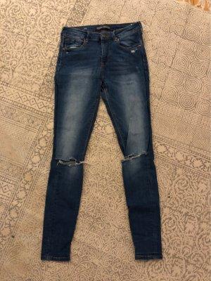 Blue Jeans mit Rissen an den Knien