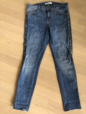 Blue Sommer Jeans mit offenem Saum und Stickerei