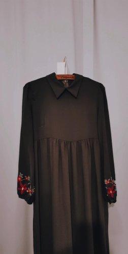 Blumenbesticktes Langarm-Kleid
