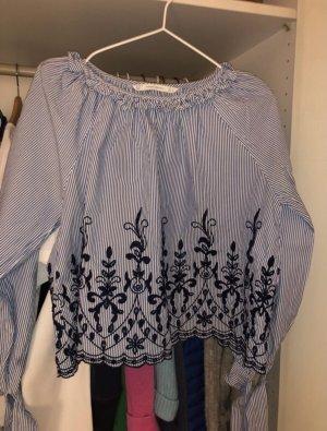 Bluse mit blau-weißen Streifen und Stickereien in S von ZARA