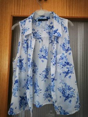 Bluse mit blauen Blümchen