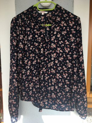 Bluse mit Blumenmuster.