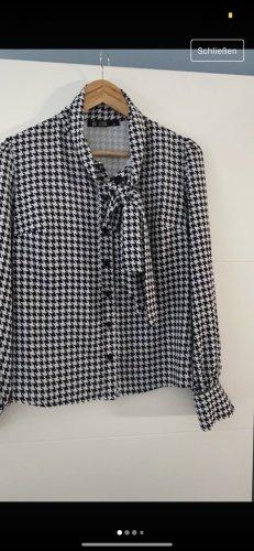Bluse mit Muster und Schleife