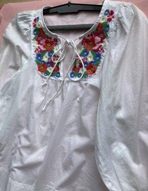 Bluse mit Stickereie Puffärmeln