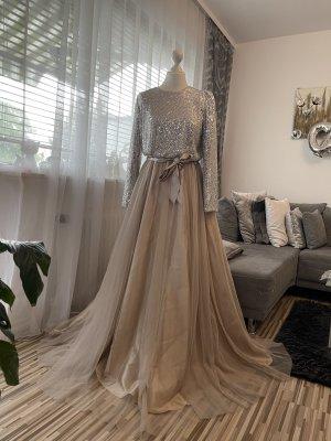 bodenlanges pompöses kleid mit pailletten und tüllrock