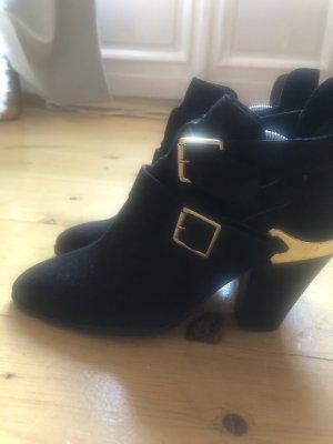 Boots mit cutouts und goldenen Details