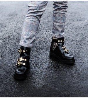 Boots mit goldener Schnalle und Cut-outs
