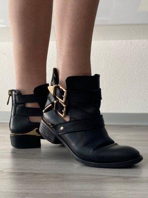 Boots mit Goldriemen