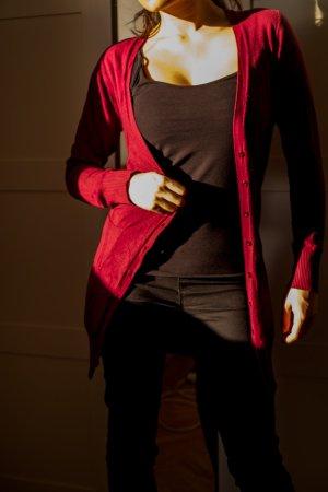 Bordeauxfarbiger Cardigan mit Knöpfen Größe 34