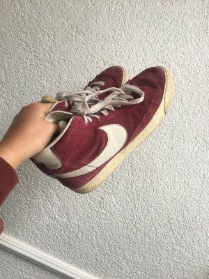Bordeauxrotene Nike Blazer Schuhe