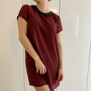 Bordeauxrotes Kleid mit Kragen
