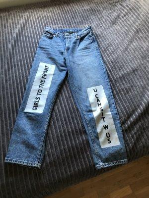 Boyfriend Jeans mit Aufschrift