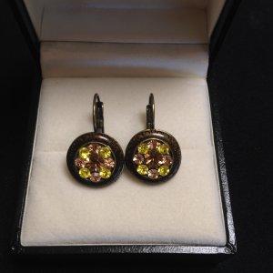 braun-rosé-limettengrüne Ohrringe mit Glassteinen