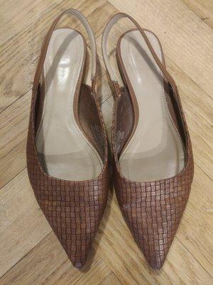 braune flache gespitze Schuhe