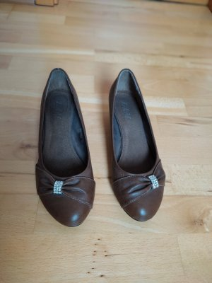 Braune hohe Schuhe mit Keilabsatz und Steinchenknopf