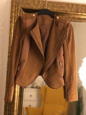 braune Jacke von einem Jungdesigner