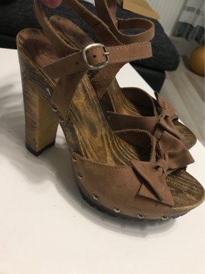 Braune Schuhe mit Holzsohle und Schleife