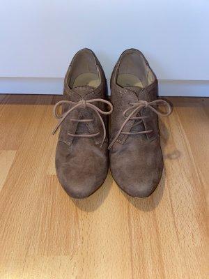 Braune Stiefeletten mit Absatz und Schnürsenkeln