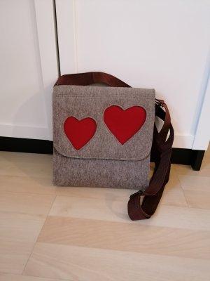 braune Tasche aus Filz mit roten Herzen