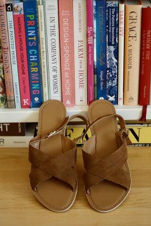 Braune sandalen.