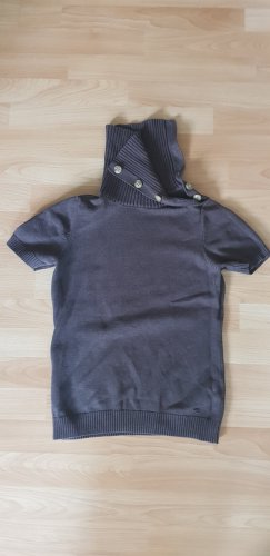 Brauner Kurzarmpullover aus 100 % Baumwolle.