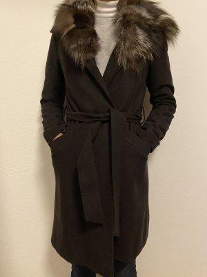 Brauner Mantel mit Fellkragen