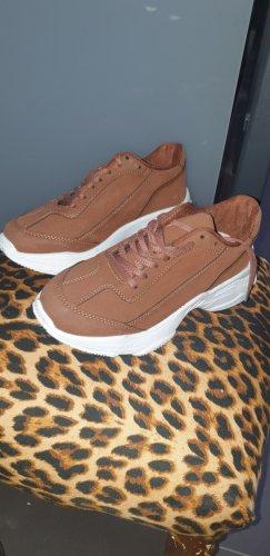 Sneaker con tacco marrone