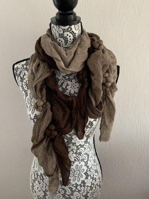 Brauner verspielter Schal