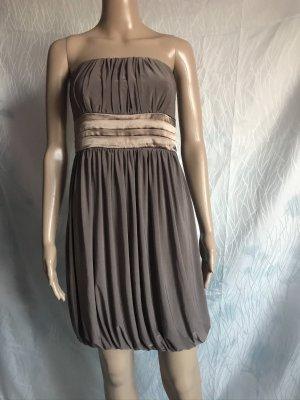 Braunes Kleid mit goldenen Verzierungen